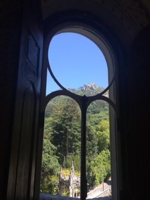 Palácio da Quinta da Regaleira com vista para o castelo de Sintra