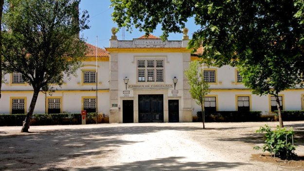 Aspeto geral da fachada de entrada principal da fábrica da Vista Alegre na atualidade